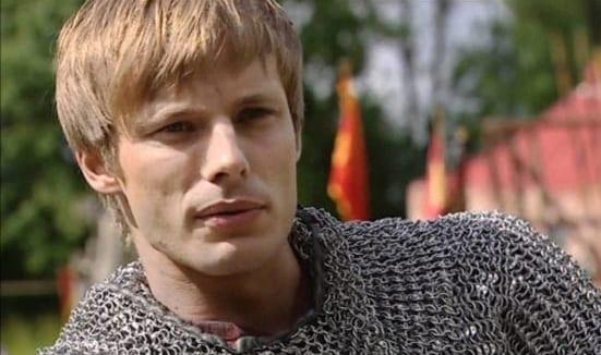 Bradley James, de Merlin, está listo para liderar la serie de la Segunda Guerra Mundial de Netflix, The Liberator