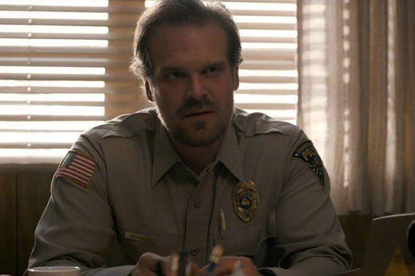David Harbour en el viaje paternal de Hopper en Stranger Things temporada 3