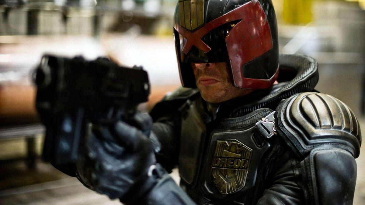 Karl Urban todavía está interesado en interpretar al juez Dredd en Mega-City One