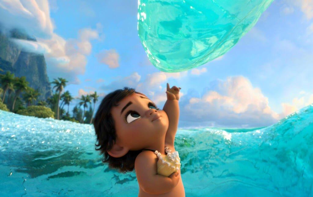 Joven Moana interactuando con el océano.