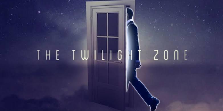 El póster de Twilight Zone.  Hay una silueta de un hombre entrando por una puerta con el nombre del título escrito sobre los dos.