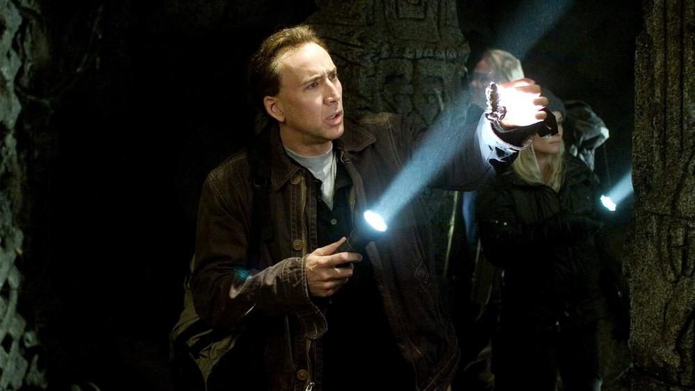 Nicolas Cage es fotografiado visitando su propia tumba piramidal